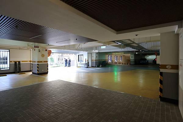 遠雄二代宅,地上一二樓停車場,採光良好不陰暗-中和左岸/中和建案-彩虹園