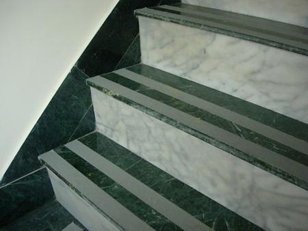每階樓梯都貼上防滑條