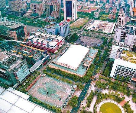 世貿二館和旁邊的停車場