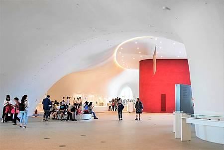 【台中西屯 | 景點】曲線流暢優美的涵洞式建築美學。台中國家歌劇院