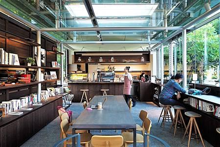 【台北圓山站 | 咖啡廳】在綠意盎然的敞亮中,隱隱流動著氣質的咖啡角落▹王大閎書軒