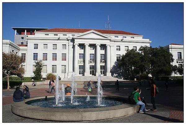 3_2_史波廣場上的噴水池與大樓.jpg