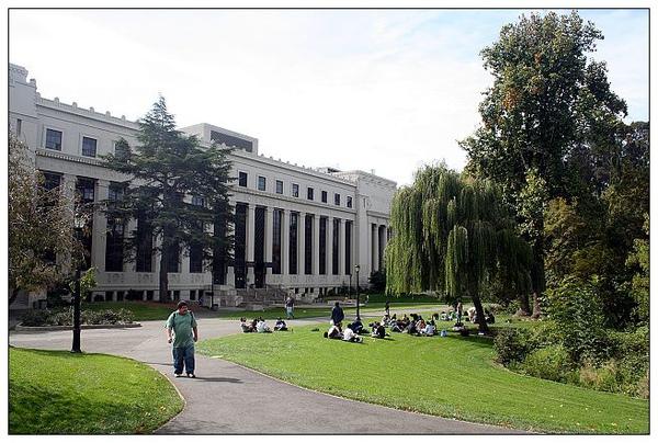 5_2_學生在草地上上課_銳化縮小.jpg