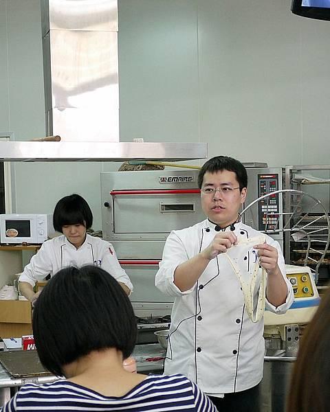 老師展示麵糰攪拌的程度
