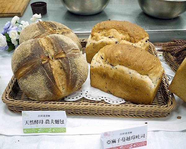 左邊是農夫麵包右邊是亞麻籽蔓越莓麵包