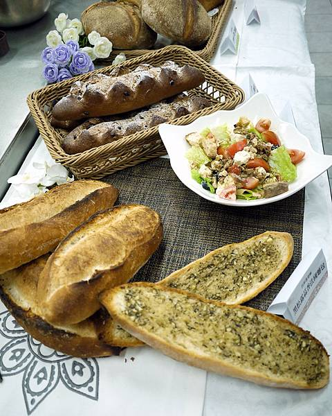上面是藍山巧克力、左邊是法國麵包,右邊是切開後抹上蒜香黑松露、中間是尼斯沙拉