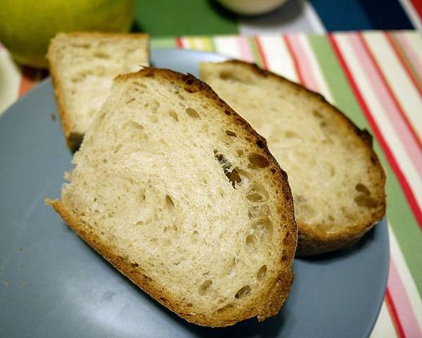 帶回家後切片的農夫麵包
