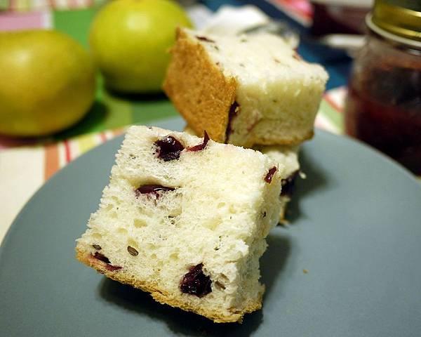 帶回家切片的亞麻籽蔓越莓麵包