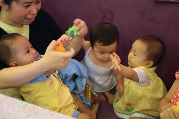 丞恩樂樂晴晴三隻小豬在搶玩具