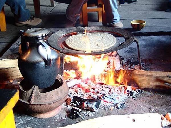 石板粑粑和酥油茶壺