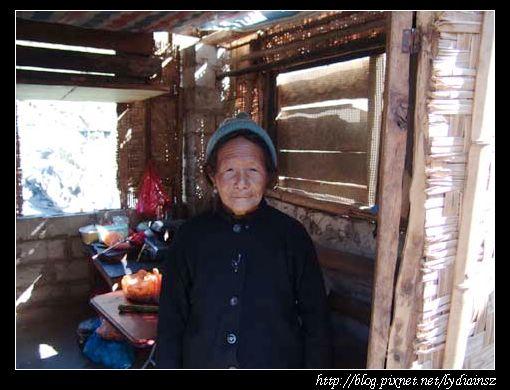 石月亮附近的傈僳族老婆婆