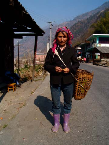 臘早一起等車的傈僳族婦人