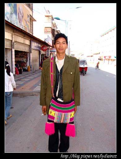 福貢鎮上買天線的傈僳族人