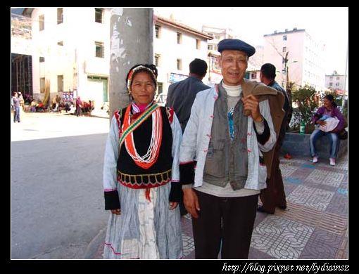 福貢鎮上等車的傈僳族老夫婦
