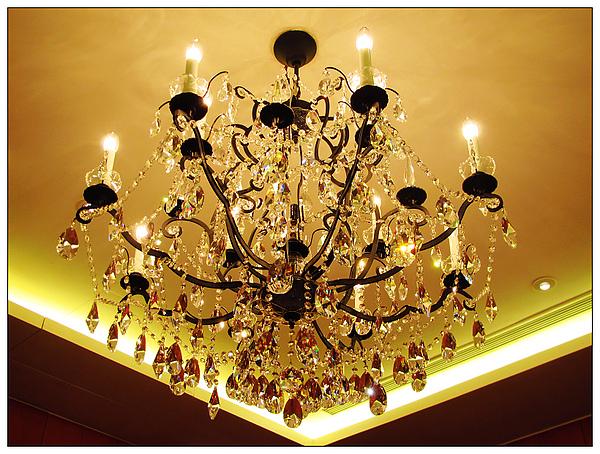 頭頂水晶燈