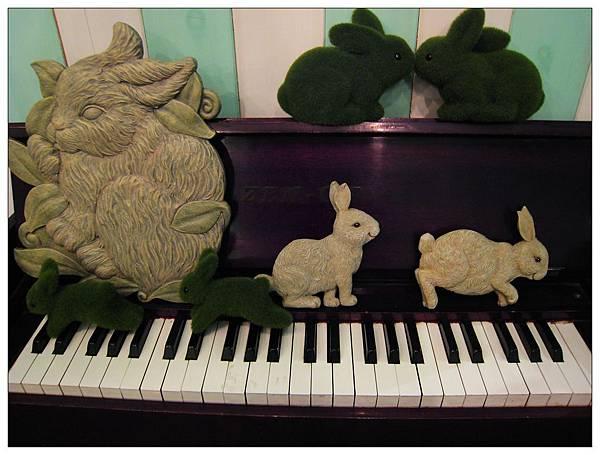 鋼琴上的小兔子!!
