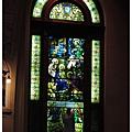 彩繪玻璃前有一些供參拜的小雕像