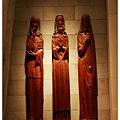 三個很長很高的木雕