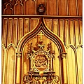 牆上金光閃閃的壁雕