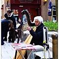 彈豎琴的街頭藝人