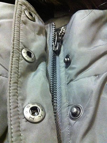 胸口扣子有三顆