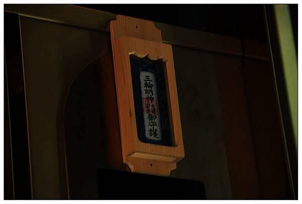 """電梯裡還有貼""""交通安全""""的符呢"""