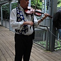 拉小提琴的街頭藝人