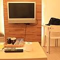 電視+兩張桌子