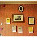 牆上掛滿了照片及舊新聞~