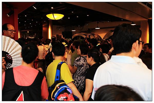 人擠人啊啊啊啊啊...