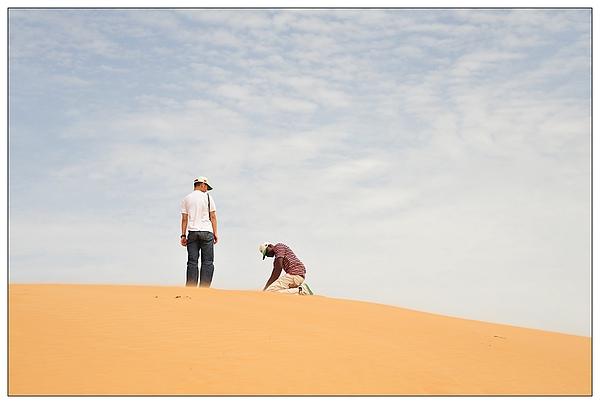 腳邊的沙都不斷飛揚~
