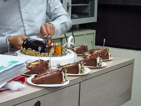 班長好會切蛋糕~