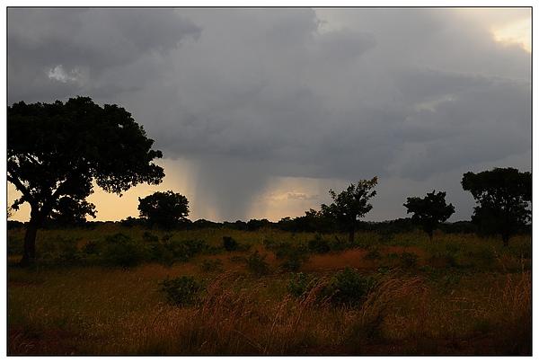 遠處的午後雷陣雨