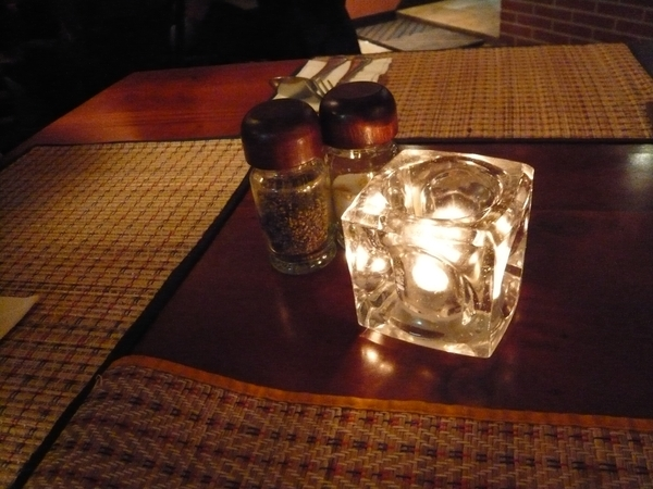 桌上還有浪漫的小蠟燭台