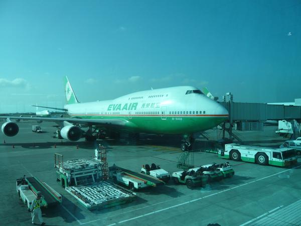 一大清早搭長榮班機飛往香港