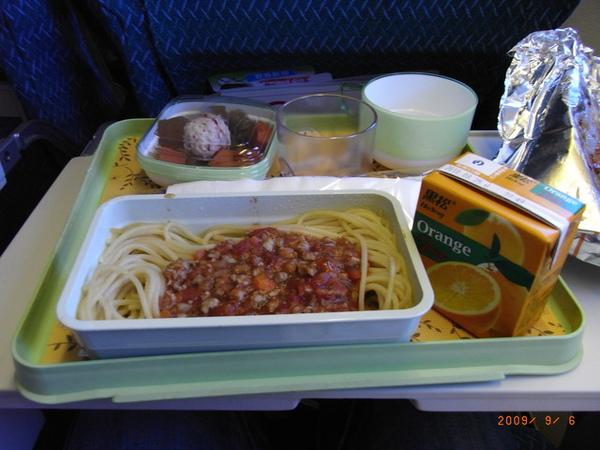 機上餐點有點難吃、不過很餓、所以還是吃光光~