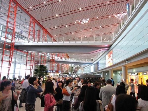 北京的機場實在是有夠大的、都要坐電車、人也超級多!