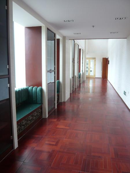 學生練琴練累時休息的長廊