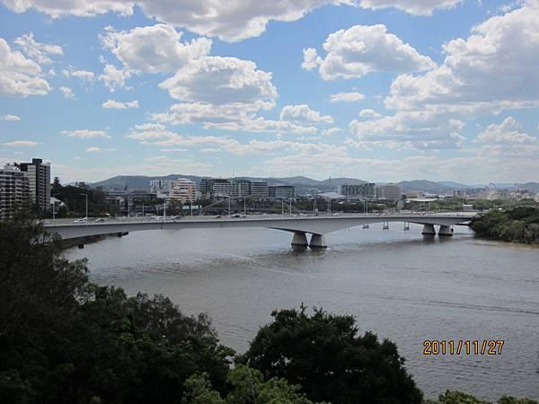 故事橋   後面的鐵橋喔!!