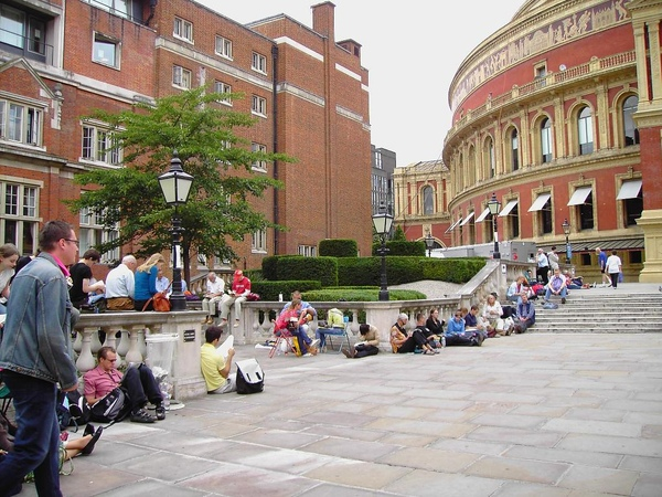 04. People are queuing for the 1st prom of 2007