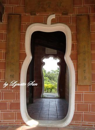 12. A calabash-shaped door [葫蘆型的門]