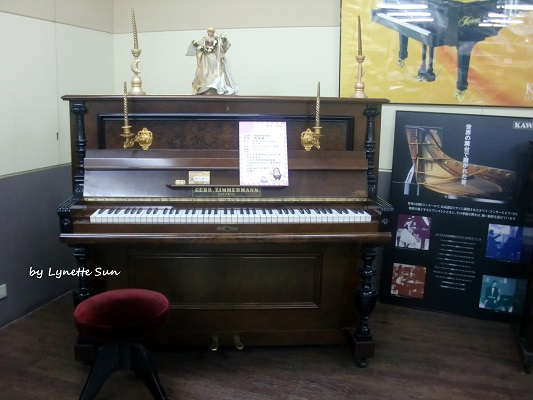 18. This piano is said to be more than 100 years old [超過100年的象牙琴鍵鋼琴]