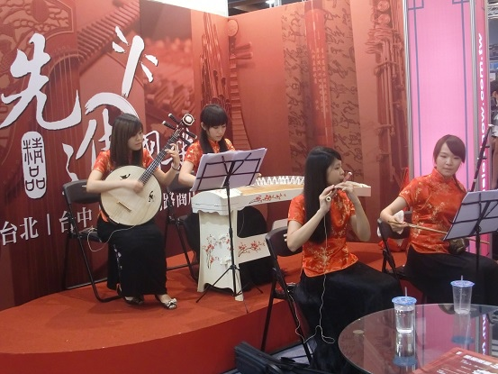 Beauties play traditional Chinese musical instruments [台灣美女彈國樂]