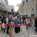 01. A long queue for DARK ART exhibition [3D 夜光展大排長龍].JPG
