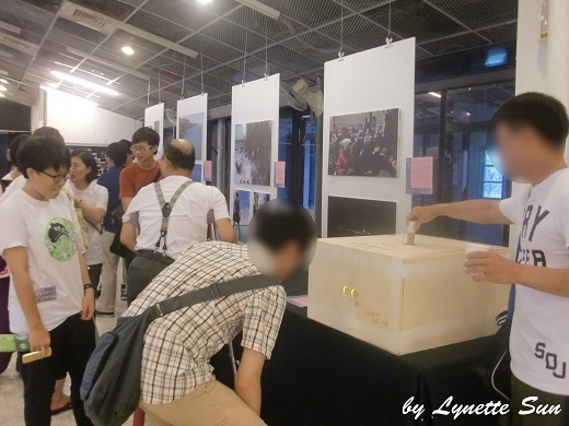 10. Trying to see what was inside the box [箱子裡面到底藏什麼秘密啊]