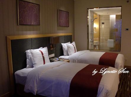 Our room... [Holiday Inn的房間]