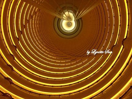 The atrium of the Jinmao Tower [上海金茂大酒店裡面的樓層]
