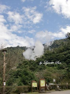 Don't worry - the smoke is from the hot spring [別擔心,這可不是失火喔!]