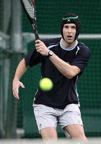 打網球也要戴頭盔