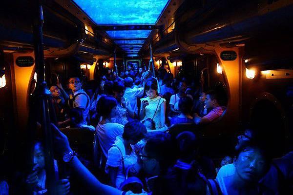 公車上的藍光女人